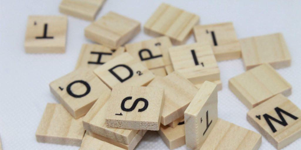 Scrabble-Buchstaben liegen auf einem Haufen – ein Sinnbild für Keywords.