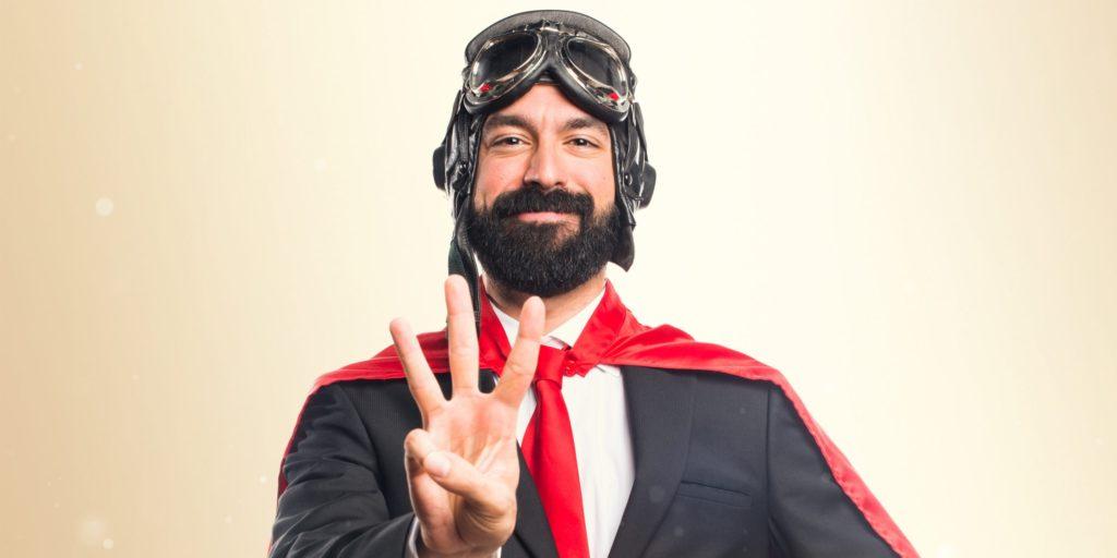 Ein Pilot im Anzug hält drei Finger hoch als Symbolbild für TYPO3.