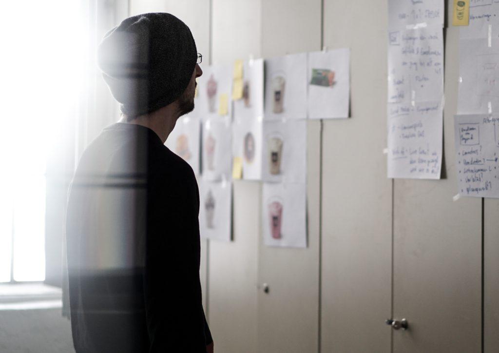 Ein Social-Media-Manager interpretiert die erhobenen Daten einer Social-Media-Strategie.