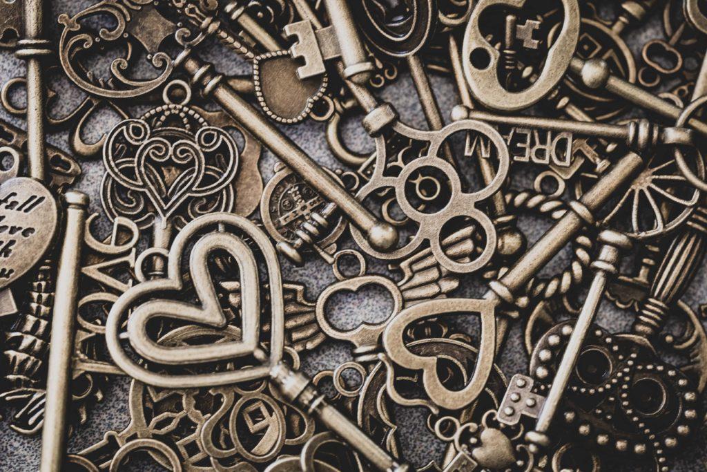 Verschiedene Schlüssel liegen auf einem Tisch – ein Symbolbild für die unterschiedlichen Arten von Keywords.