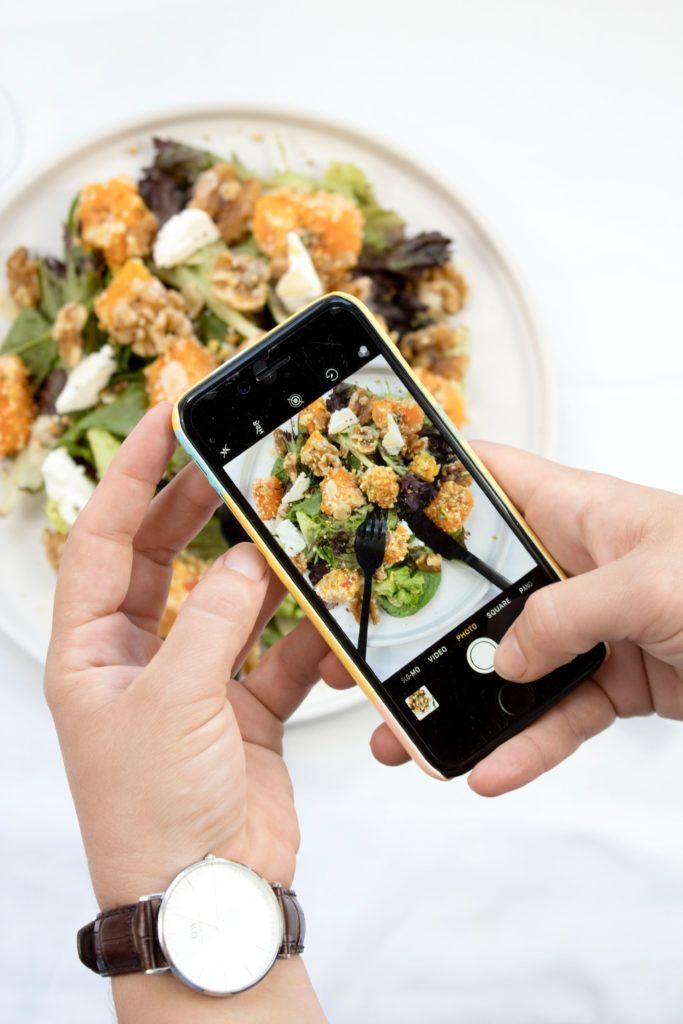 Eine Content Creatorin erstellt ein Food Foto für die Social-Media-Strategie eines Kunden.