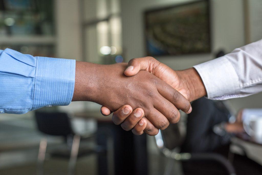 Zwei Männer geben sich einen Handschlag, ein Symbolbild für den Support von TYPO3.