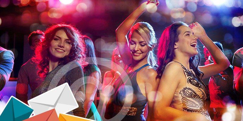 Junge Menschen tanzen im Club – den Einlass verschaffen Qualitätskriterien für Ihr E-Mail-Marketing.