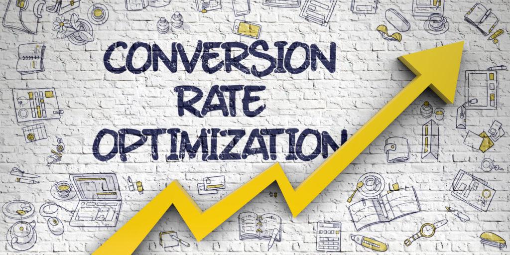 """Ein Pfeil auf einer grauen Wand sowie der Text """"Conversion Rate Optimization"""" als Tipp für mehr Newsletter Conversion."""