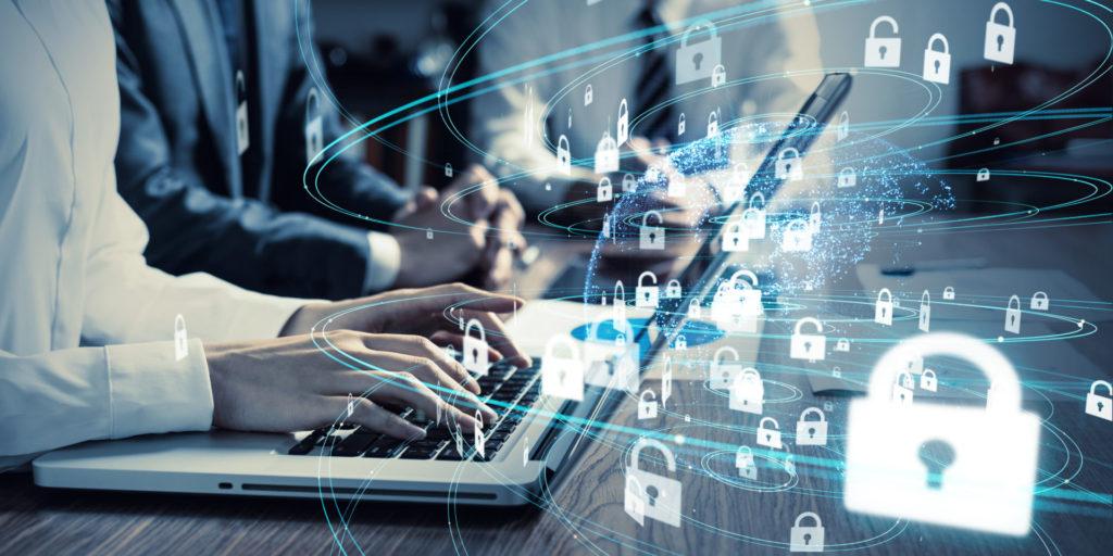 Eine IT-Sicherheitsfachkraft schließt am Laptop Software Schwachstellen und Sicherheitslücken.