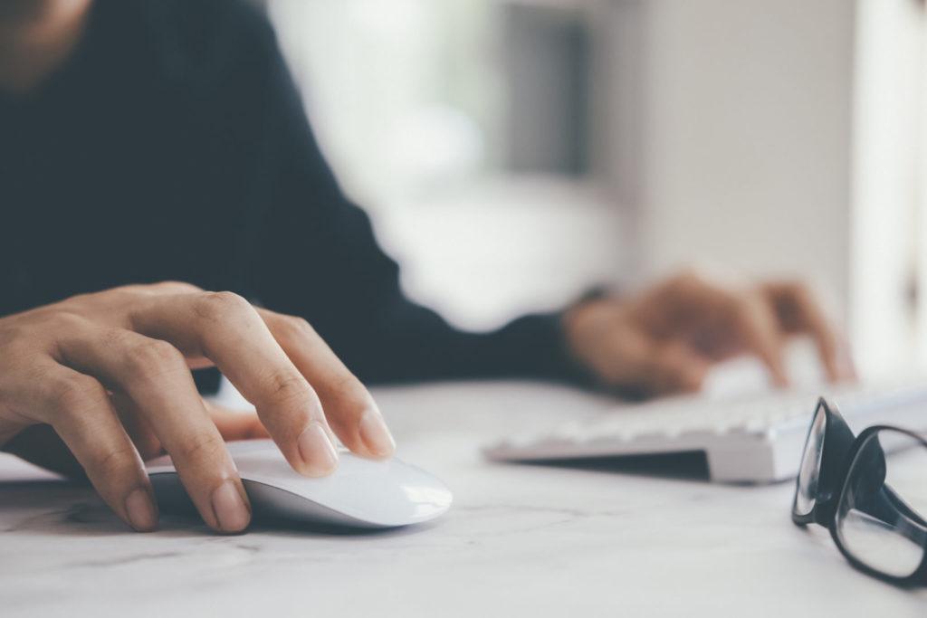 Eine Person führt einen Klick auf einem Newsletter durch, den Sie in der Newsletter Auswertung nachvollziehen können.
