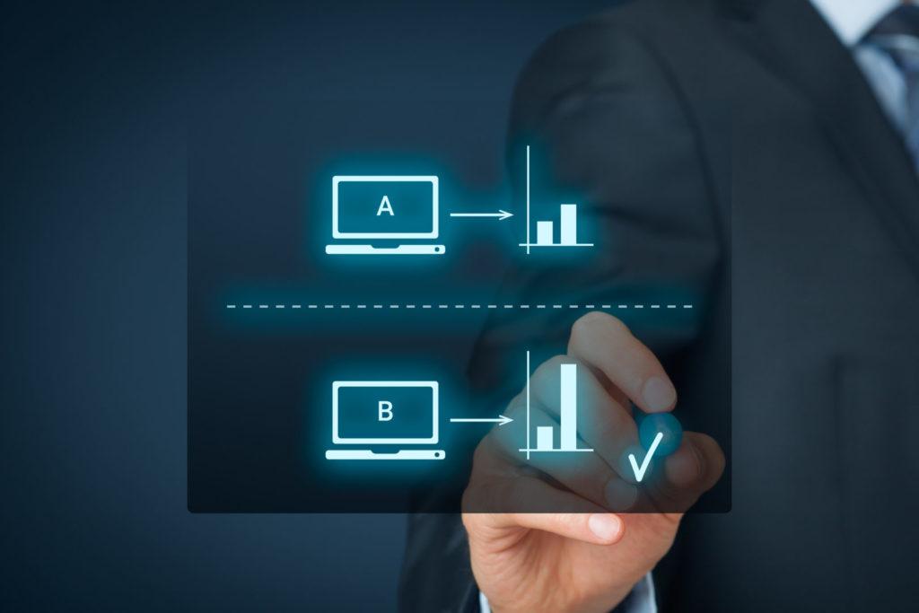 Ein Online-Marketer wertet einen A/B-Test zum Newsletter Versandzeitpunkt aus.