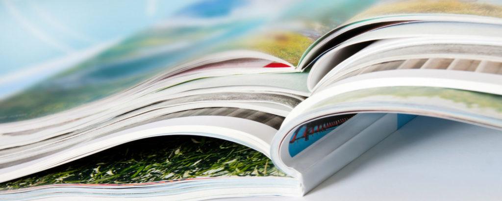 Mehrere Kataloge liegen übereinander als Beispiel für Print-Marketing.