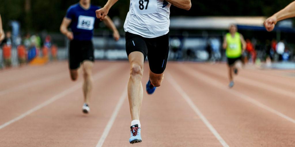 Läufer vor der Ziellinie als Symbolbild dafür, sich mit optimierten Core Web Vitals ein gutes SEO Ranking zu erkämpfen.