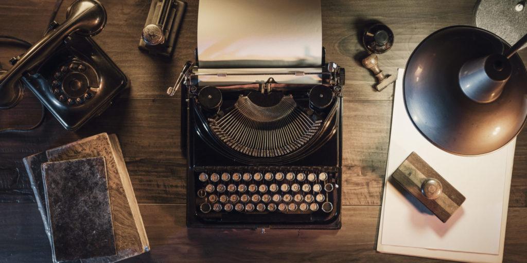 Eine alte Schreibmaschine steht auf einem Tisch – ein Sinnbild für das Schreiben für Social-Media-Texte.