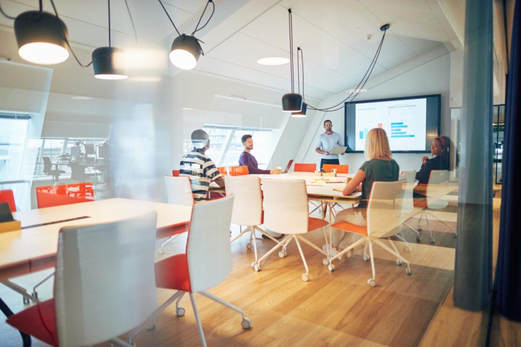 Ein Blick in einen Meetingraum, in dem sich Mitarbeiter einer Agentur aus Koblenz besprechen.