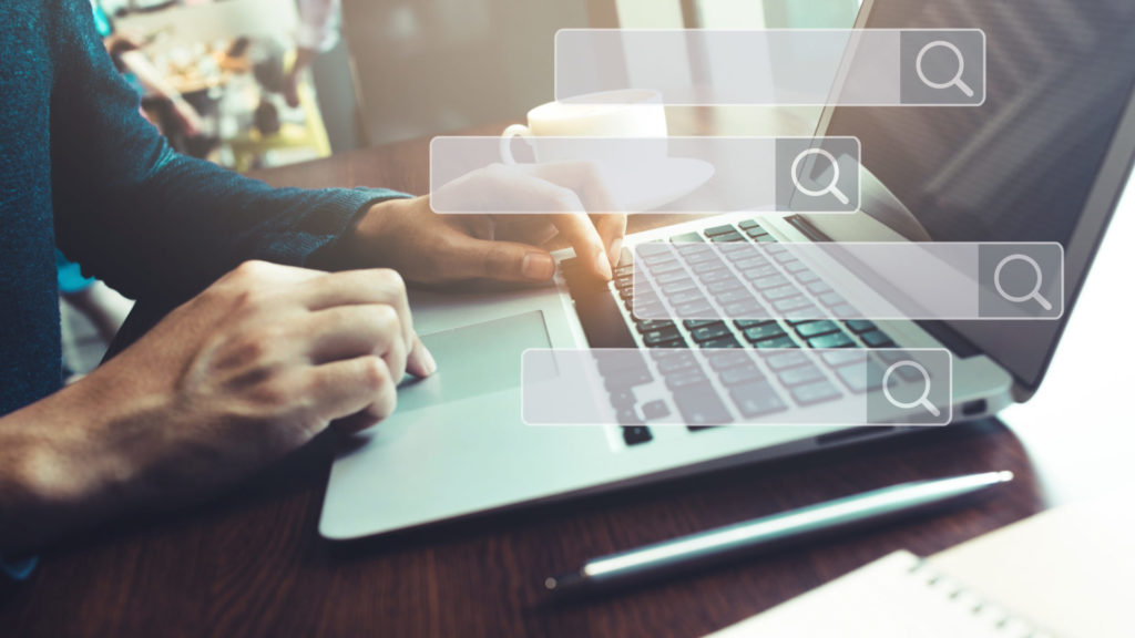 Ein User nutzt am Laptop eine Suchmaschine, welche passend zur Suchintention die richtigen Ergebnisse liefert.