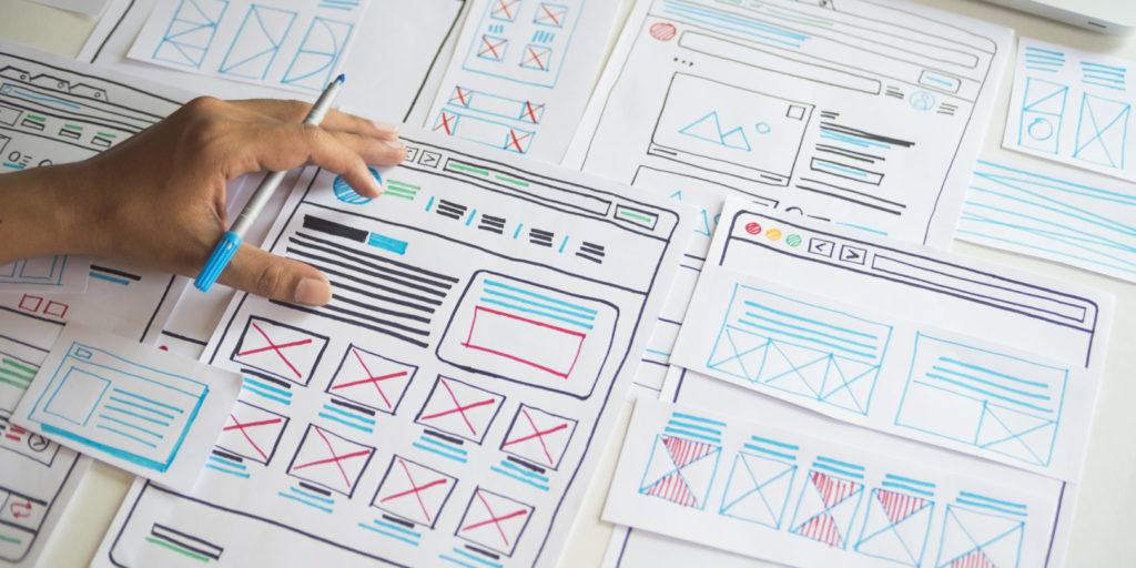 Ein Webdesigner aus Koblenz erstellt Skizzen einer Website.