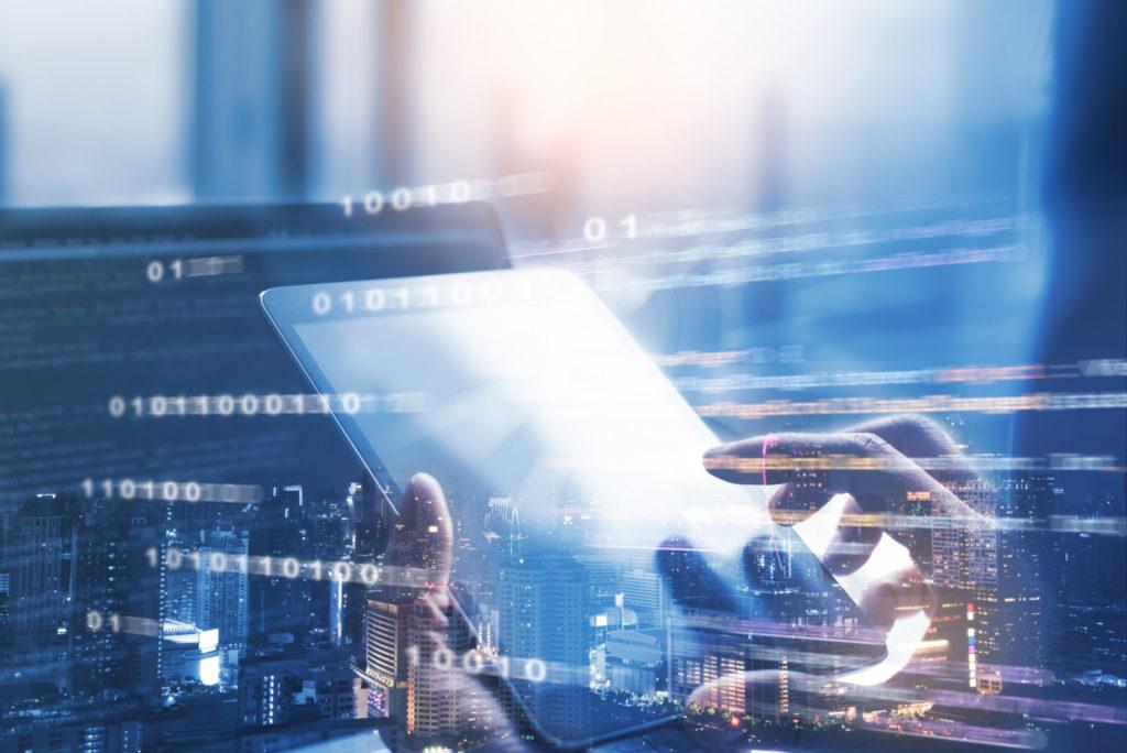 Ein Online-Marketer kontrolliert die Insights zur Website-Geschwindigkeit.