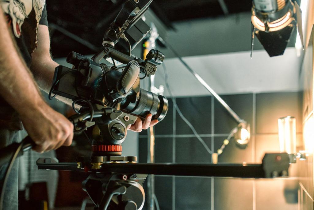 Eine Filmcrew dreht ein Imagevideo für ein Unternehmen.