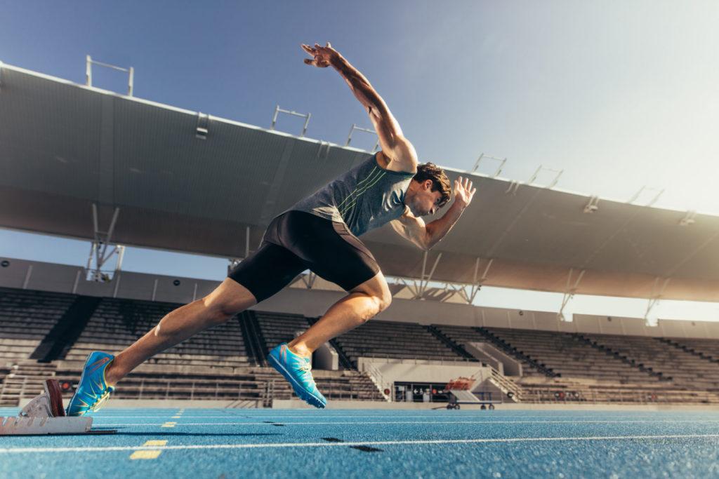 Ein Sprinter läuft auf einer Laufbahn – ein Symbolbild für die Sprint-Phase der Entwicklung eines neuen TYPO3-Updates.