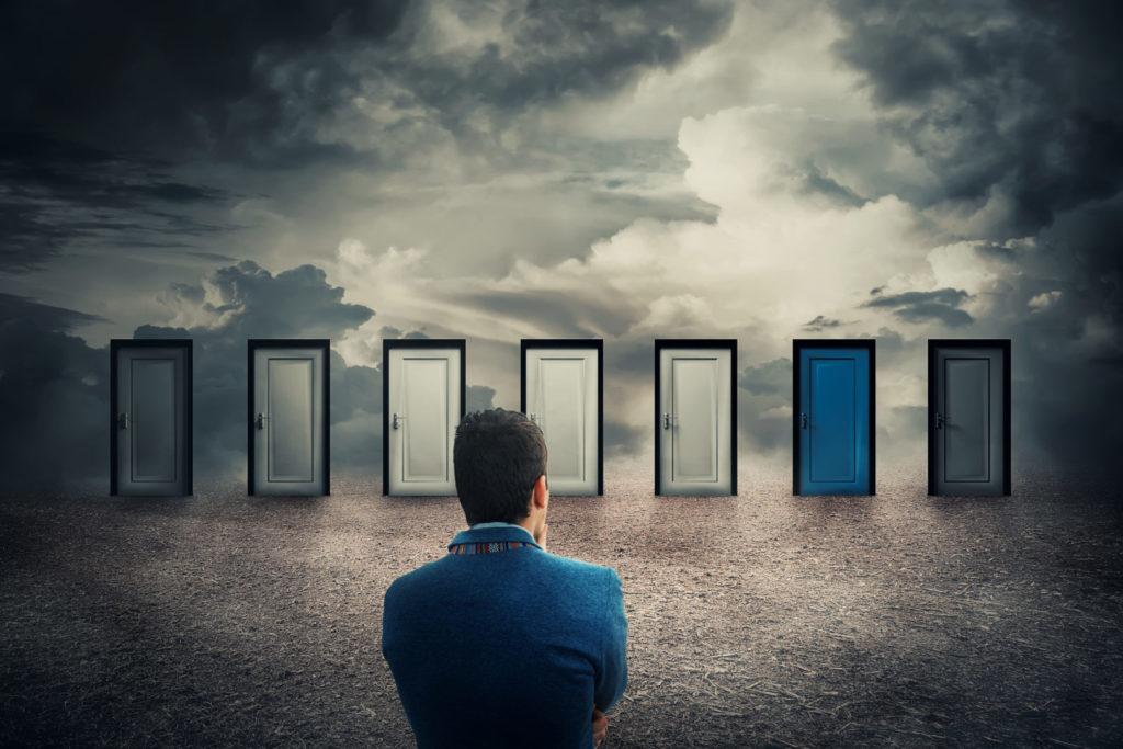 Ein Mann steht unsicher vor verschiedenen Türen – ein Sinnbild für die Messy Middle der Customer Journey.