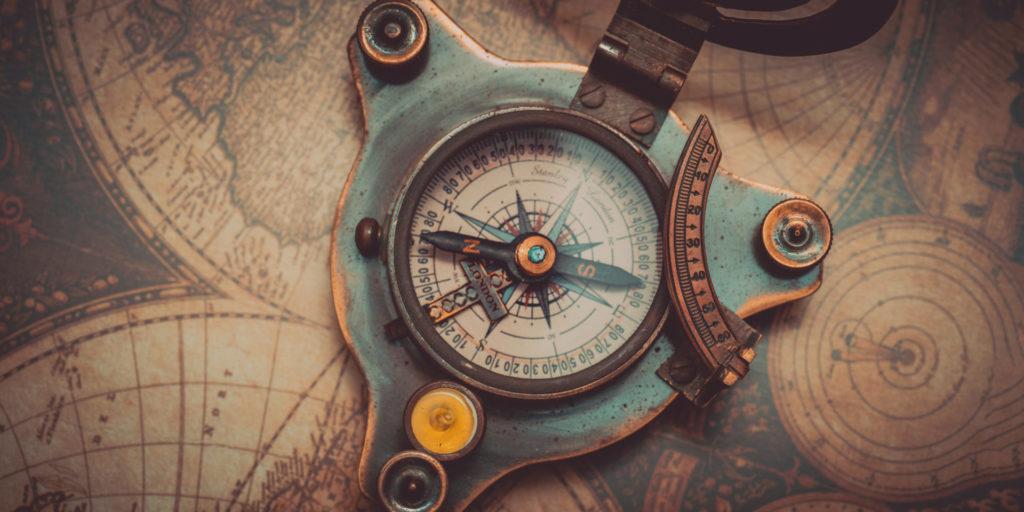 Ein nautischer Kompass liegt auf einer Karte als Sinnbild für die Customer Journey.