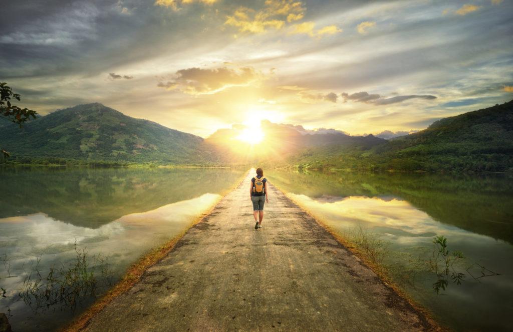 Eine Wanderin läuft zielstrebig einen Weg entlang.