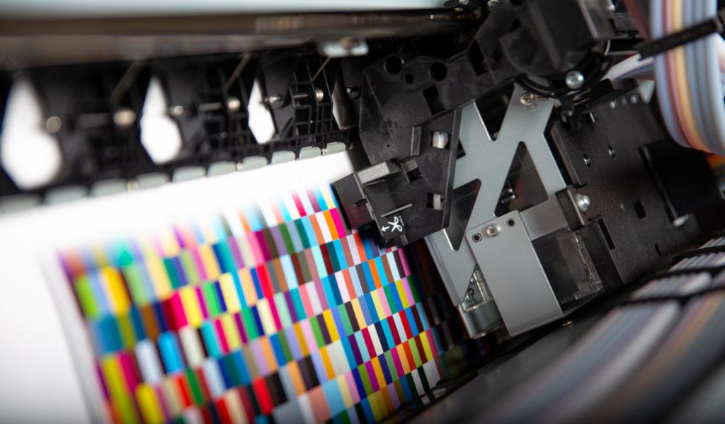 Nahaufnahme eines Druckers, der eine Vorschau für Printwerbung druckt.