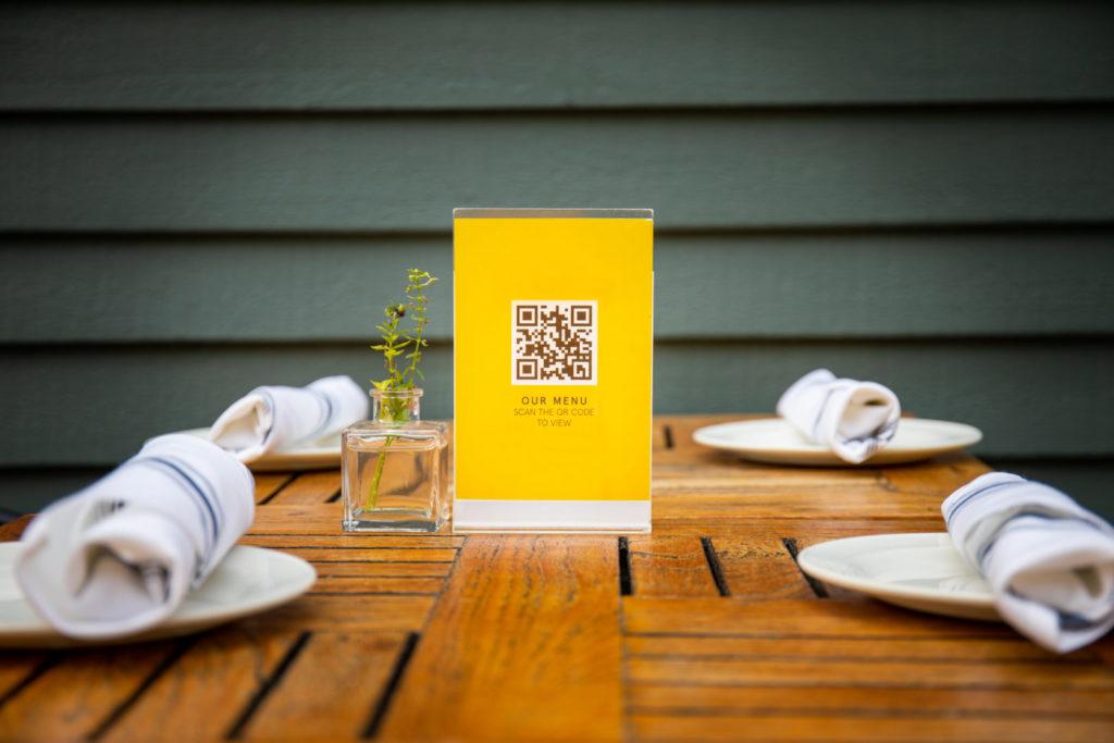 Ein QR-Code wird als Printwerbung auf dem Tisch eines Restaurants genutzt.