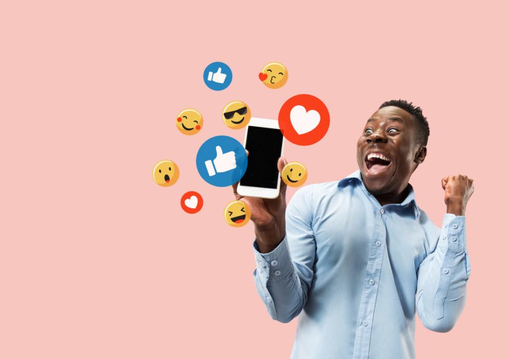 Ein junger Unternehmer freut sich über gut funktionierenden Social-Media-Content.