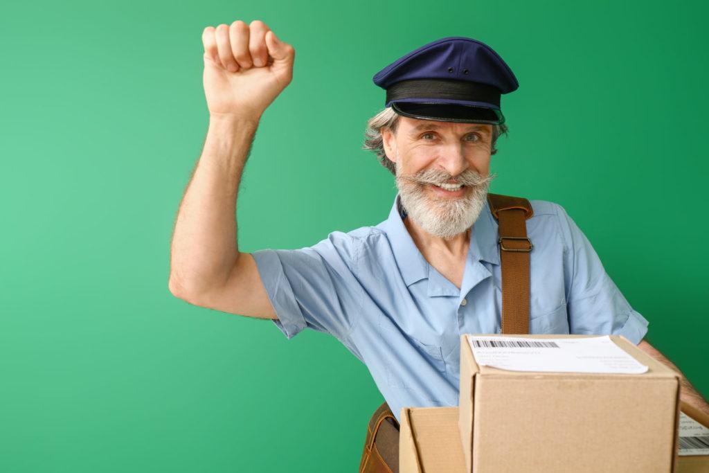 Ein alter Briefträger vor grünem Hintergrund deutet eine Klopfgeste an.