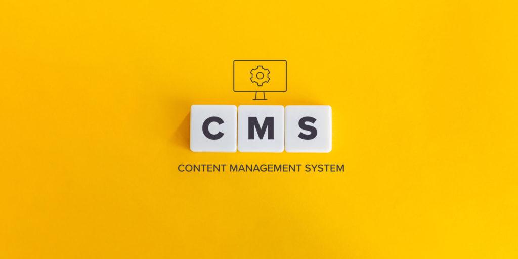 """Drei Dominosteine formen das Wort CMS, darunter steht """"Content-Management-System""""."""